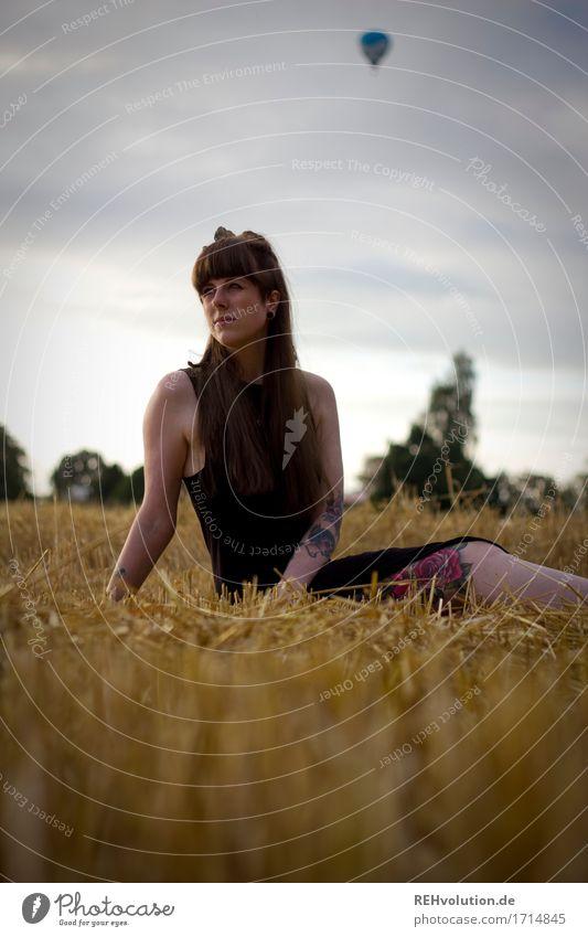 Carina | und der Ballon Mensch feminin Junge Frau Jugendliche 1 18-30 Jahre Erwachsene Umwelt Natur Landschaft Himmel Wolken Sommer Feld Kleid Tattoo brünett