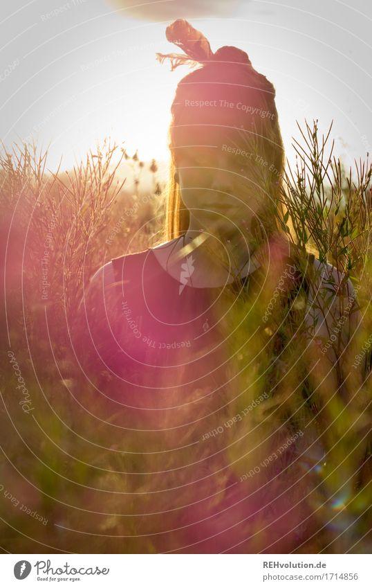 Carina | mit Feder Mensch Natur Jugendliche Pflanze schön Junge Frau Blume Landschaft 18-30 Jahre Erwachsene Umwelt Wiese feminin außergewöhnlich Stimmung Feld