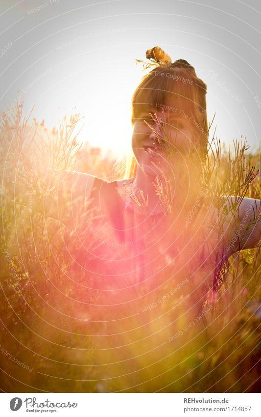 Carina | mit Feder Mensch feminin Junge Frau Jugendliche 1 18-30 Jahre Erwachsene Umwelt Natur brünett Pony Lächeln lachen außergewöhnlich Coolness Fröhlichkeit