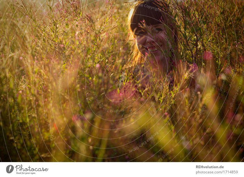 Carina | strahlt Mensch feminin Junge Frau Jugendliche Gesicht 1 18-30 Jahre Erwachsene Umwelt Natur Landschaft Sommer Sträucher Blüte Wiese Haare & Frisuren