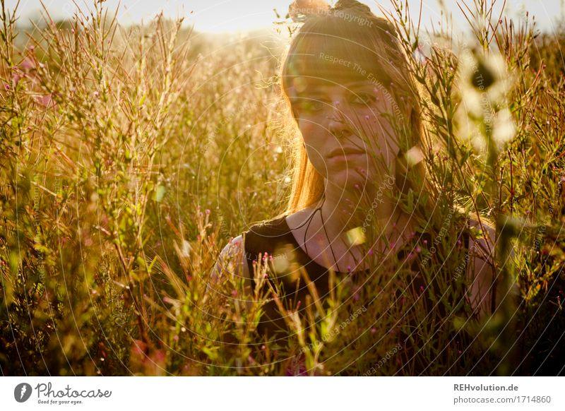 Carina . Sommermoment Mensch feminin Junge Frau Jugendliche Erwachsene Gesicht 1 18-30 Jahre Umwelt Natur Pflanze Sonne Blume Gras Wiese brünett Pony stehen