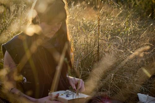 Carina | im Abendlicht Mensch Frau Natur Jugendliche Junge Frau schön Landschaft Einsamkeit ruhig 18-30 Jahre Erwachsene Umwelt Wiese Gras feminin Glück
