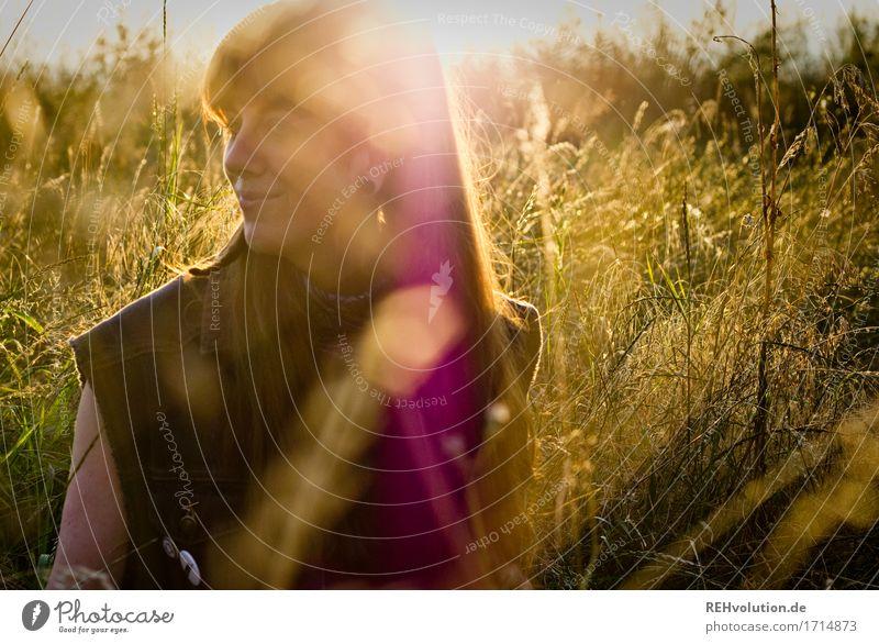 Carina | im Abendlicht Mensch feminin Junge Frau Jugendliche Gesicht 1 18-30 Jahre Erwachsene Umwelt Natur Gras Wiese Piercing langhaarig Pony Zopf Lächeln