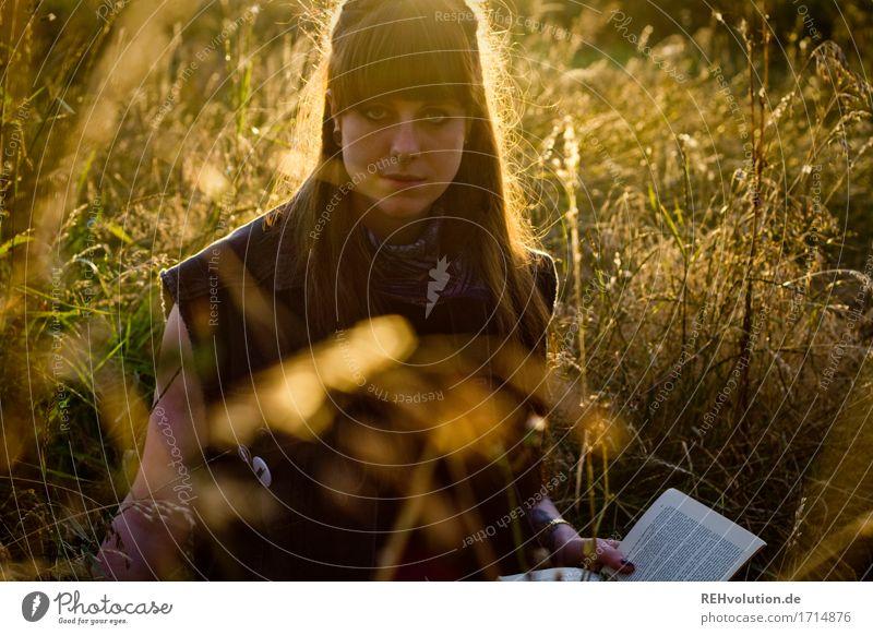 Carina | liest Mensch Frau Natur Jugendliche Pflanze schön Junge Frau Blume Landschaft Erholung 18-30 Jahre Erwachsene Umwelt Wiese natürlich Gras