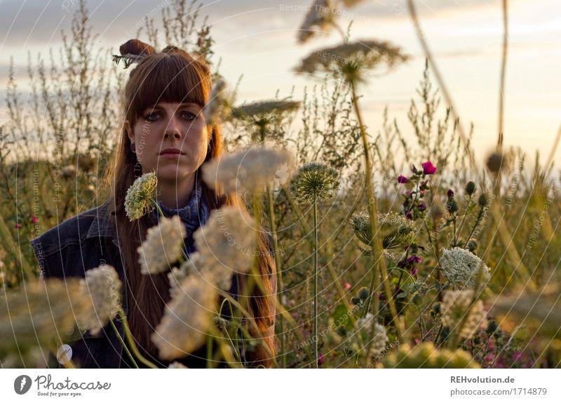 Carina | mit Blumen Mensch Natur Jugendliche Pflanze Sommer schön Junge Frau dunkel 18-30 Jahre Gesicht Erwachsene Umwelt Blüte feminin außergewöhnlich
