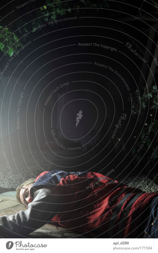 Sani in Not Farbfoto Außenaufnahme Experiment Textfreiraum oben Nacht Kunstlicht Lichterscheinung Oberkörper Blick nach vorn Sanitäter Mensch maskulin