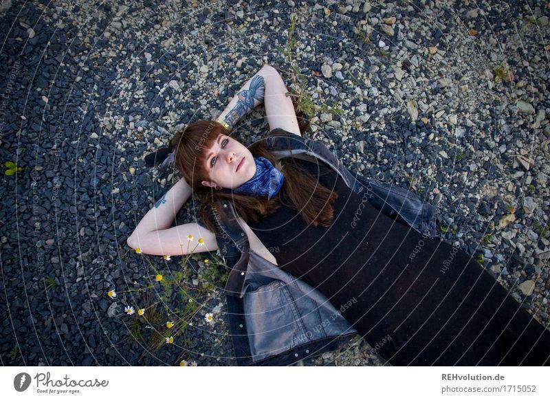 Carina | auf Steinen Mensch feminin Junge Frau Jugendliche 1 18-30 Jahre Erwachsene Umwelt Natur Kleid Tattoo Piercing brünett langhaarig Erholung liegen