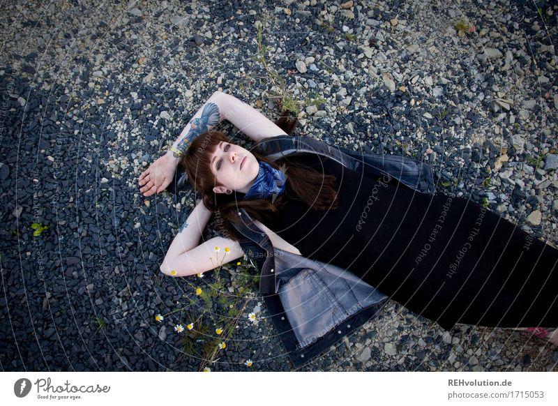 Carina | liegt Mensch Junge Frau Jugendliche Erwachsene 1 18-30 Jahre Natur Kleid Tattoo Stein Erholung liegen träumen authentisch außergewöhnlich Coolness