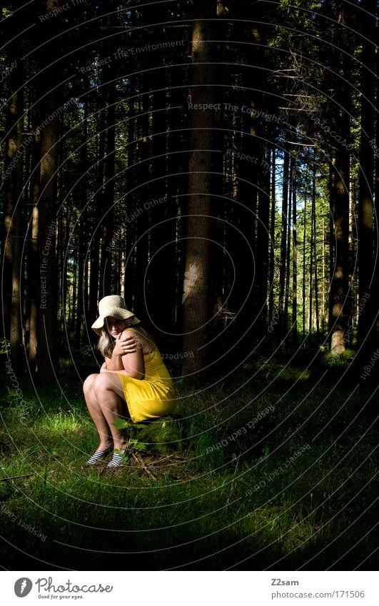 alone in the dark Farbfoto Kunstlicht Blick in die Kamera feminin Junge Frau Jugendliche 18-30 Jahre Erwachsene Natur Wald Mode Hut sitzen bedrohlich blond