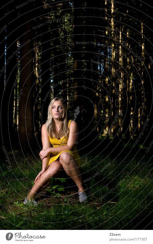 alone in the dark Außenaufnahme Kunstlicht Mensch Junge Frau Jugendliche 18-30 Jahre Erwachsene Umwelt Wald Mode Kleid blond langhaarig Denken sitzen dunkel