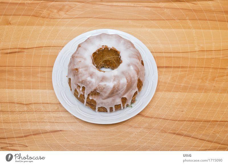 Napfkuchen - Klassischer Napfkuchen auf einem Kuchenteller auf einem Tisch aus Buche. Lebensmittel Kaffeetrinken Holz lecker rund Guglhupf Sandkuchen