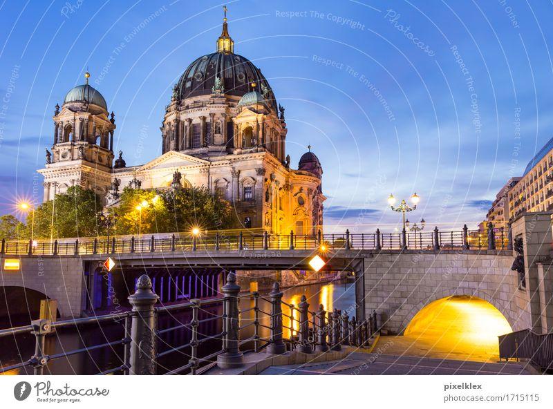 Berliner Dom Ferien & Urlaub & Reisen Tourismus Sightseeing Städtereise Nachtleben Wasser Fluss Spree Deutschland Stadt Hauptstadt Stadtzentrum Kirche Brücke