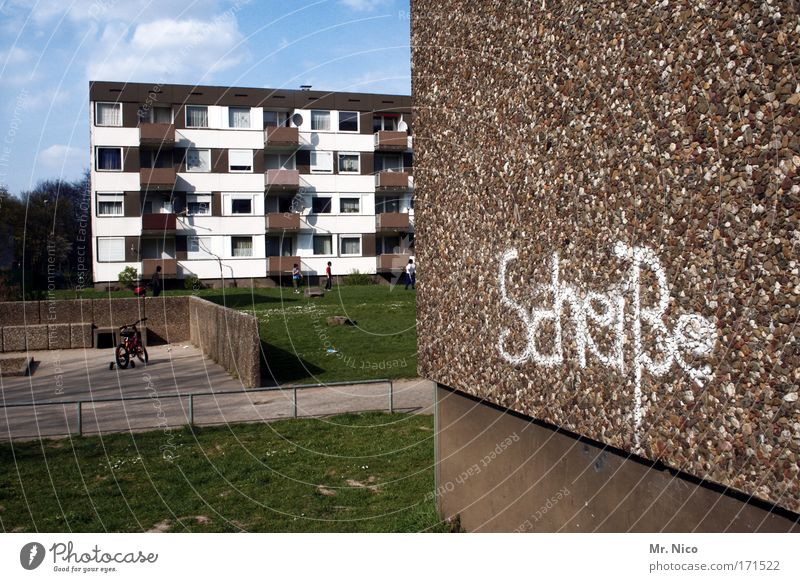 heimatliebe Außenaufnahme Kleinstadt Stadtrand Haus Hochhaus Bauwerk Gebäude Architektur Mauer Wand Fassade Wege & Pfade Zeichen Graffiti Aggression authentisch