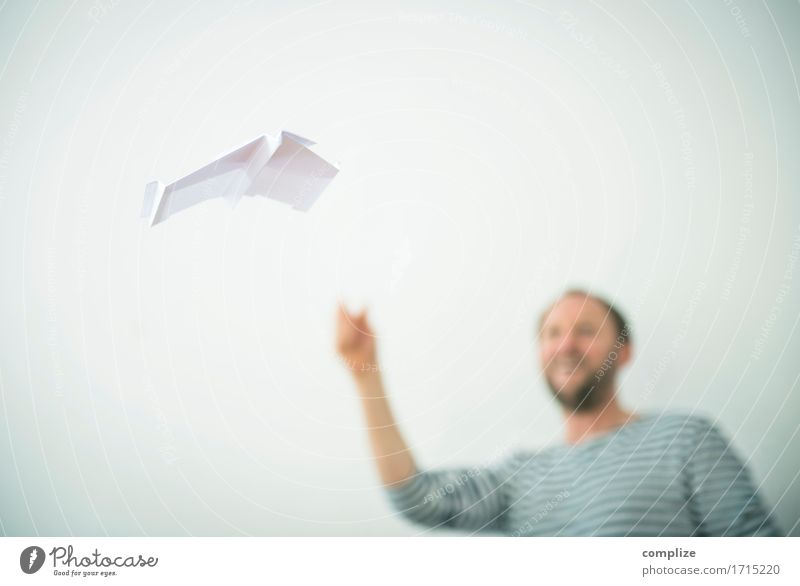 Fliegendes Papier Ferien & Urlaub & Reisen Mann Erholung Freude Erwachsene Glück Büro lernen Studium Flugzeug schreiben gestreift Handarbeit Flugplatz Achterbahn Modellbau