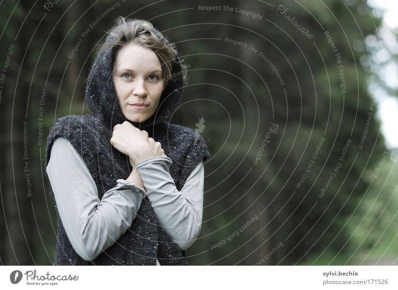 Was soll eigentlich dieses blöde Wetter? Natur Jugendliche grün schön Erwachsene Gesicht Wald Herbst feminin kalt Umwelt grau Haare & Frisuren Wind Sehnsucht Wetter