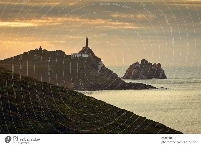 Vorposten Umwelt Landschaft Himmel Wolken Horizont Sommer Wetter Gras Hügel Felsen Küste Riff Meer Insel Menschenleer Haus dunkel braun gold grau Leuchtturm