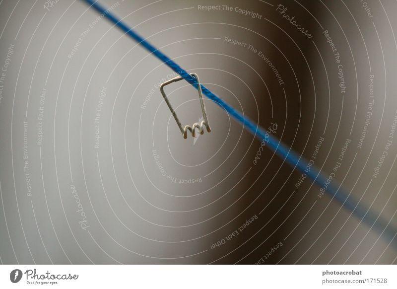 Ausgeklammert blau Metall Tanzen Seil Zukunftsangst hängen silber Wäscheleine Klammer schaukeln Seilbahn