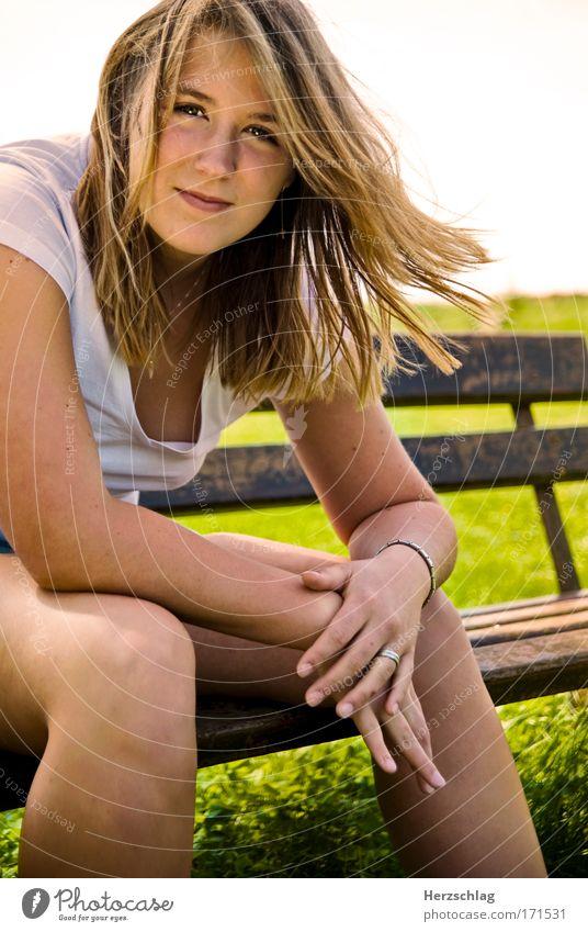 mensch auf ner bench ^^ Jugendliche schön Junge Frau ruhig Leben feminin Stil elegant frei authentisch sitzen Kommunizieren Lächeln Lebensfreude weich Neugier