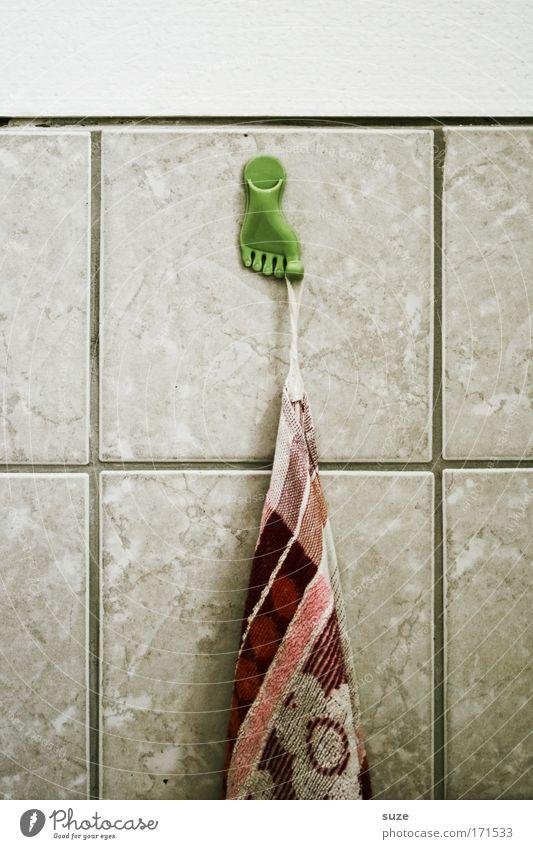 Es hängt am großen Zeh Farbfoto Innenaufnahme Menschenleer Tag Körperpflege Handtuch Wohnung Bad Mauer Wand Fliesen u. Kacheln Haken Zehen Kunststoff alt retro