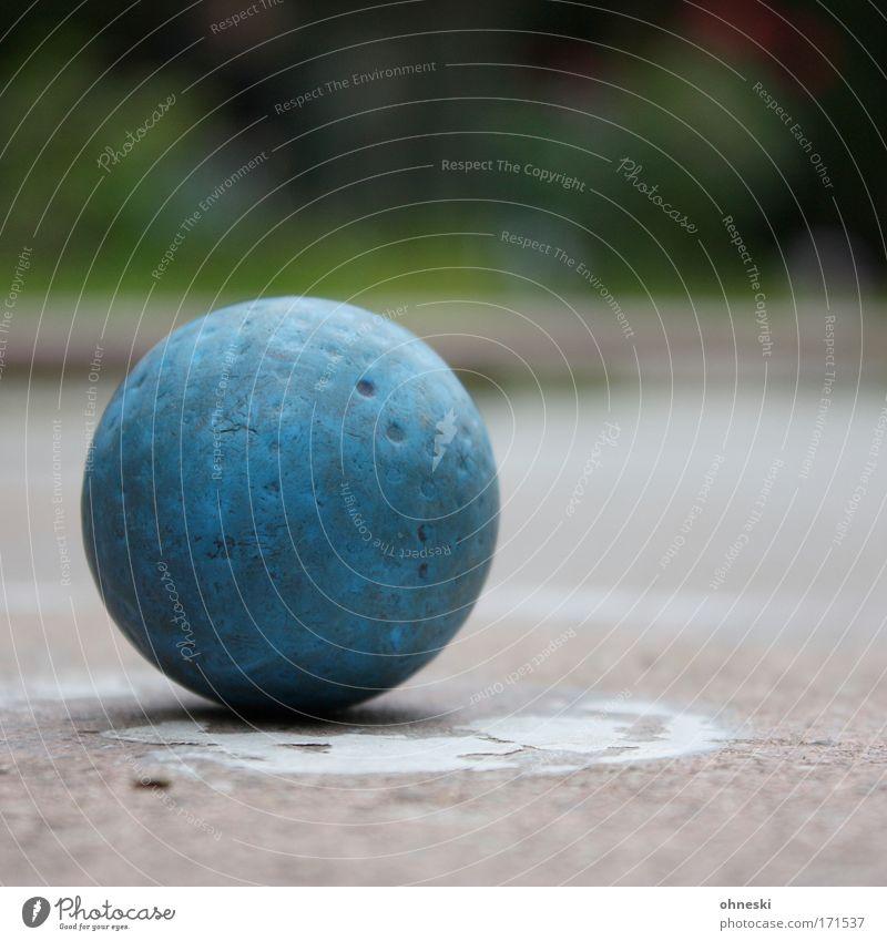 Minigolfball Gedeckte Farben Außenaufnahme Textfreiraum oben Textfreiraum unten Glück Freizeit & Hobby Spielen Erfolg Ball Sportstätten Golfplatz rund blau