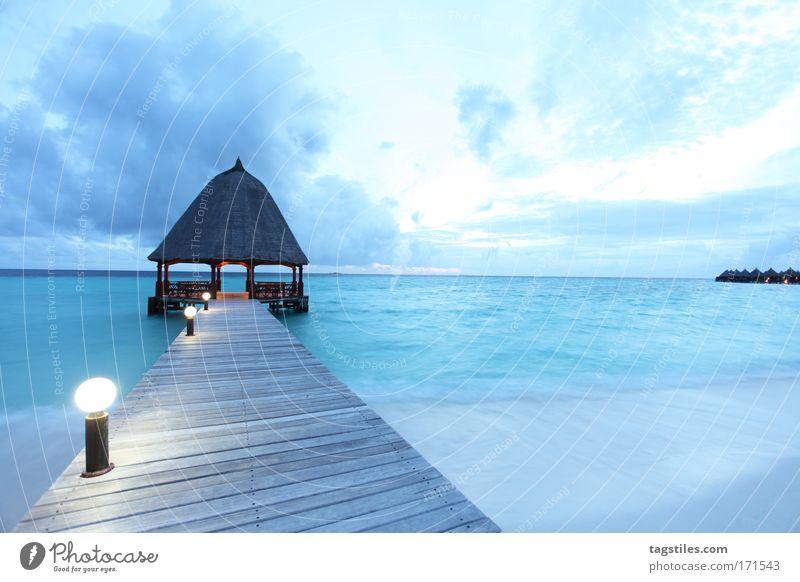 BLAUE STUNDE IM PARADIES Meer blau Strand Ferien & Urlaub & Reisen Erholung träumen Sand Horizont Tourismus Reisefotografie Bucht Steg Insel Indien Anlegestelle Malediven