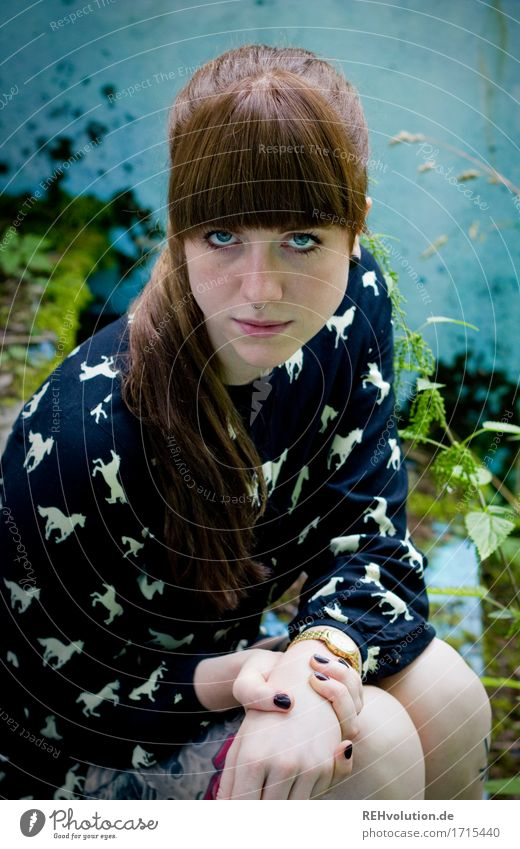 Carina | im Pool Mensch feminin Junge Frau Jugendliche Gesicht 1 18-30 Jahre Erwachsene Natur Gras Moos Grünpflanze Mauer Wand Treppe Kleid Tattoo Piercing