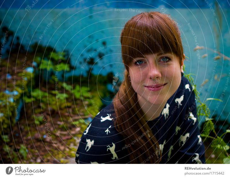 Carina | Pool Mensch feminin Junge Frau Jugendliche Erwachsene Gesicht 1 18-30 Jahre Umwelt Natur Pflanze Moos Mauer Wand Lächeln sitzen authentisch