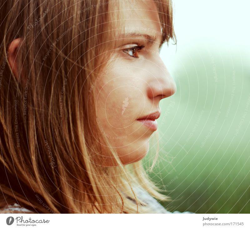 Stille Erwartung Farbfoto Außenaufnahme Textfreiraum rechts Tag Abend Schwache Tiefenschärfe Porträt Profil Blick nach vorn Gesicht Schüler Mensch Junge Frau