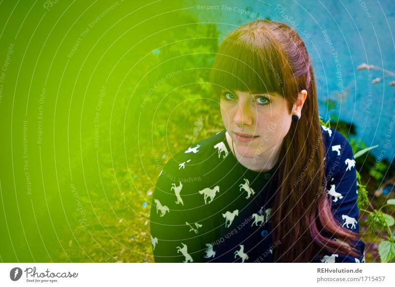 Carina | im verlassenen Pool Mensch feminin Junge Frau Jugendliche Gesicht 1 18-30 Jahre Erwachsene Umwelt Natur Moos Kleid Haare & Frisuren brünett langhaarig