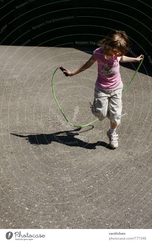 Kinderspiel Mensch Kind Sonne Mädchen Freude Erholung Spielen springen Kindheit elegant 8-13 Jahre Leichtigkeit Spielplatz Kinderspiel 3-8 Jahre Platz