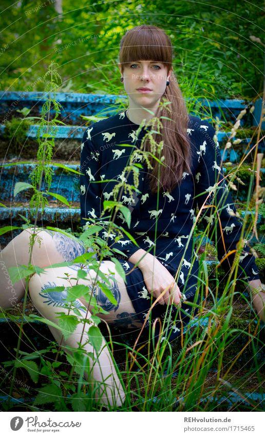 Carina | Pooltreppe Mensch feminin Junge Frau Jugendliche 1 18-30 Jahre Erwachsene Umwelt Natur Landschaft Pflanze Gras Moos Grünpflanze Kleid Tattoo Piercing