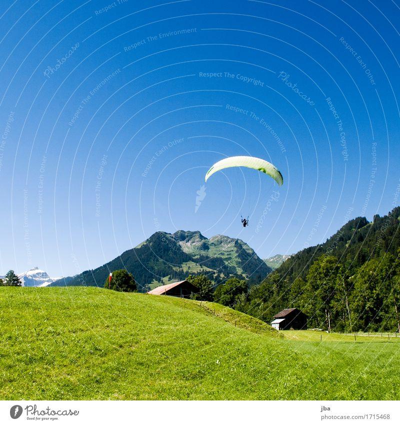 Landeanflug Lifestyle Wohlgefühl Zufriedenheit Erholung ruhig Freizeit & Hobby Ausflug Abenteuer Freiheit Sommer Berge u. Gebirge Sport Gleitschirmfliegen