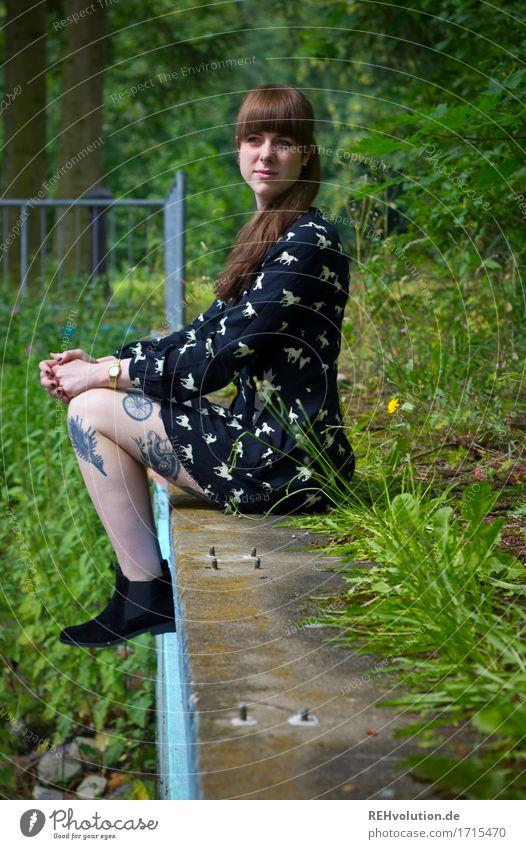 Carina | am verlassenen pool Mensch Frau Natur Jugendliche Pflanze Junge Frau Sommer schön grün Baum Einsamkeit 18-30 Jahre Erwachsene Umwelt feminin Stil