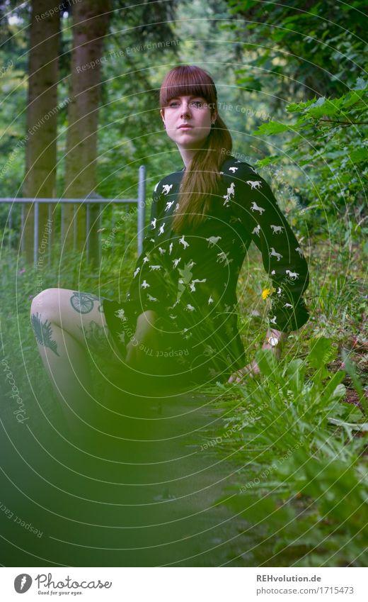 Carina | am Pool Mensch feminin 1 18-30 Jahre Jugendliche Erwachsene Umwelt Natur Landschaft Sommer Baum Gras Garten Park Kleid Tattoo Piercing brünett