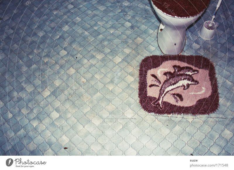 Flipper Farbfoto Innenaufnahme Menschenleer Textfreiraum links Tag Wohnung Bad Toilette Klima Fußmatte Boden Linoleum Toilettenbürste Delphine 2 Tier Kunststoff