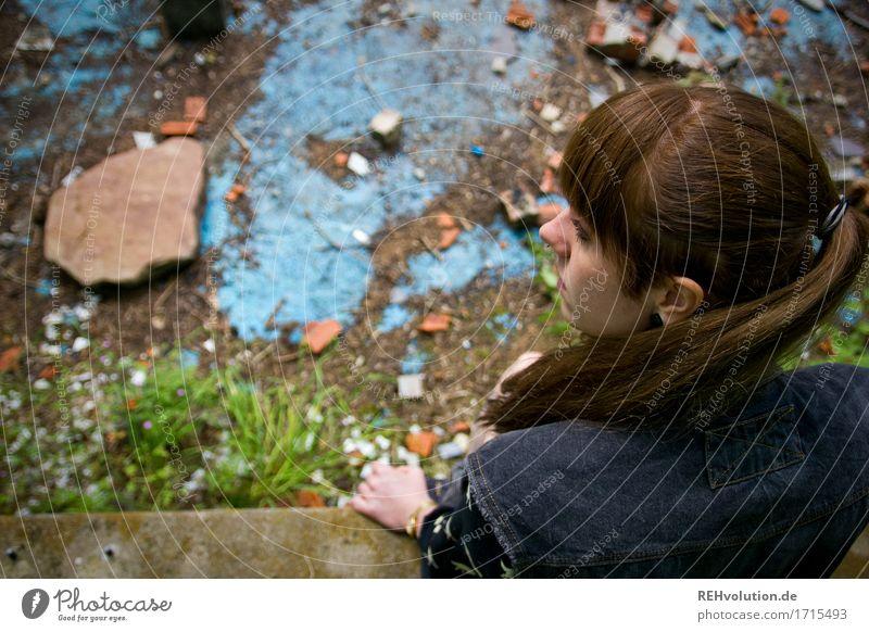 Carina | im verlassenen Pool Mensch feminin Junge Frau Jugendliche Haare & Frisuren 1 18-30 Jahre Erwachsene brünett langhaarig Pony sitzen warten alt