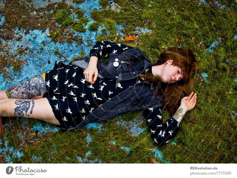 flauschig | auf Moos liegen Mensch Junge Frau Jugendliche 1 18-30 Jahre Erwachsene Umwelt Natur Kleid Tattoo Haare & Frisuren brünett langhaarig Pony Pferd