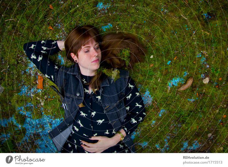 Carina | auf dem moosbett Mensch Jugendliche grün schön Junge Frau Erholung ruhig 18-30 Jahre Erwachsene natürlich feminin Glück außergewöhnlich Freiheit