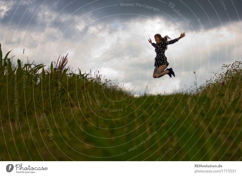 Carina   springt Mensch Himmel Natur Jugendliche Junge Frau Landschaft Freude 18-30 Jahre Erwachsene Umwelt Leben Wiese Bewegung feminin Gesundheit Glück