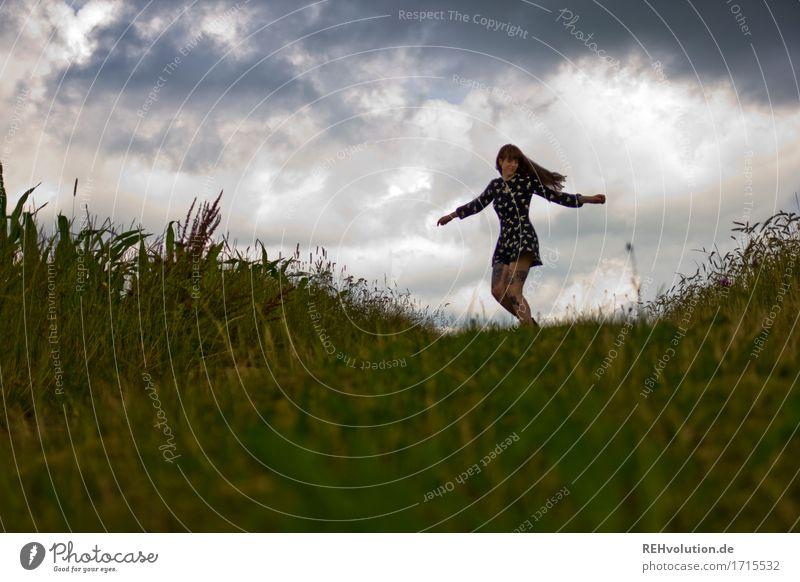 Carina | tanzt Mensch feminin Junge Frau Jugendliche 1 18-30 Jahre Erwachsene Umwelt Natur Himmel Wolken Gewitterwolken Sommer schlechtes Wetter Unwetter Feld