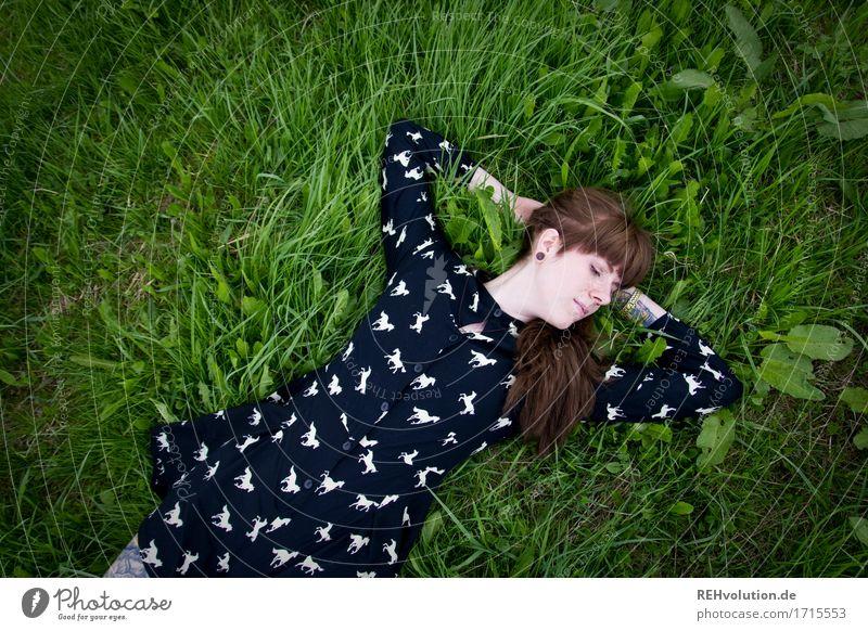 Carina | auf der Wiese Mensch feminin Junge Frau Jugendliche Erwachsene 1 18-30 Jahre Umwelt Natur Landschaft Sommer Gras brünett langhaarig Pony Erholung