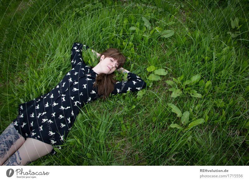 Carina | liegt rum Mensch feminin Junge Frau Jugendliche 1 18-30 Jahre Erwachsene Umwelt Natur Wiese Kleid Tattoo Piercing brünett langhaarig Pony Erholung