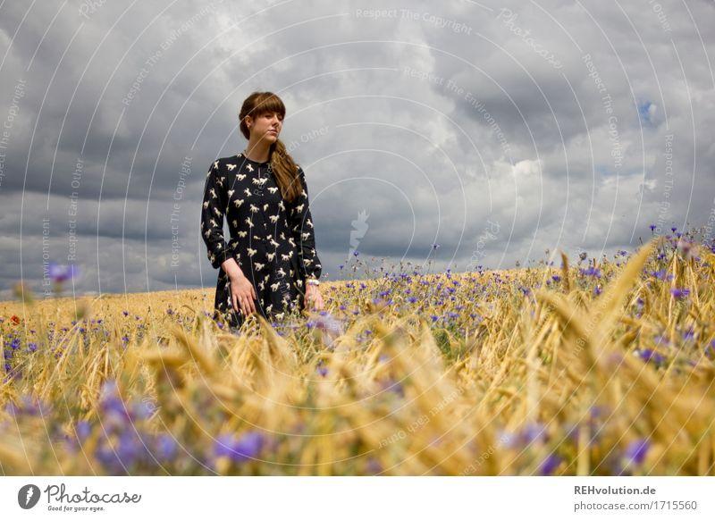 Carina | im Kornfeld Mensch Himmel Natur Jugendliche Sommer schön Junge Frau Wolken 18-30 Jahre Erwachsene Umwelt Traurigkeit feminin außergewöhnlich Mode Feld