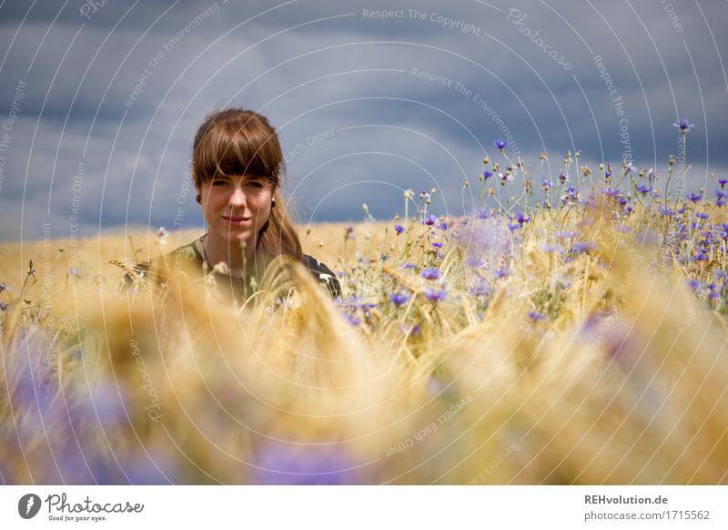 Carina | im Kornfeld Mensch feminin Junge Frau Jugendliche Gesicht 1 18-30 Jahre Erwachsene Umwelt Natur Himmel Wolken Gewitterwolken Blume Feld