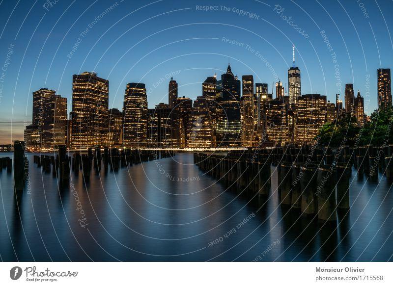 Manhattan Skyline View Fluss East River New York City USA Stadt Hochhaus Gebäude Architektur weich blau Langzeitbelichtung Reisefotografie cityscape Farbfoto