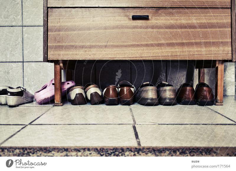 Schuhe Häusliches Leben Wohnung Innenarchitektur Möbel Schuhregal Mauer Wand Fußmatte Fliesen u. Kacheln Kommode Leder alt einfach trist trocken braun Nostalgie