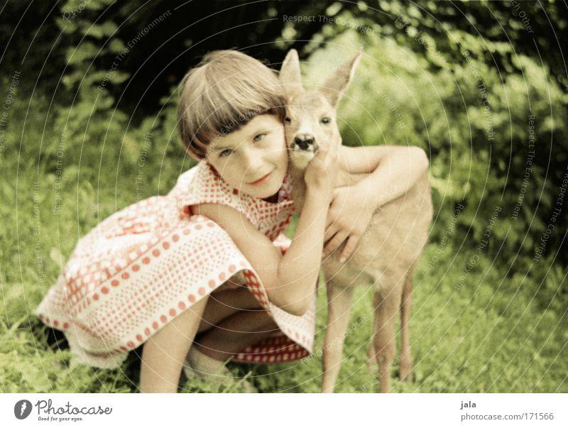meine mama Mensch Kind Natur Reh schön Mädchen Sommer Tier Liebe Wiese Glück Kindheit sitzen Wildtier Fröhlichkeit Warmherzigkeit