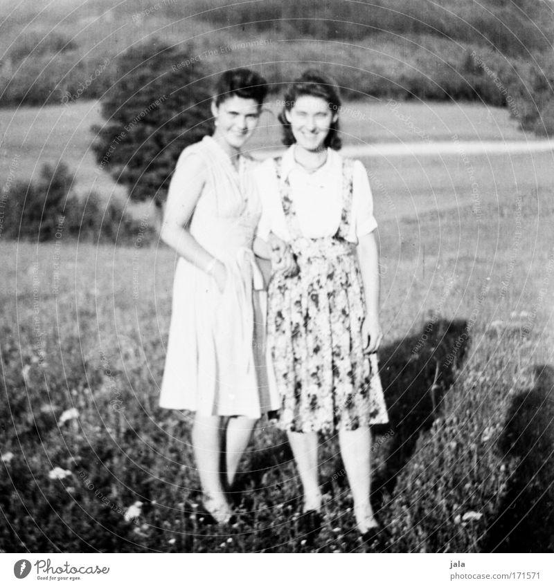 Freundinnen Schwarzweißfoto Außenaufnahme Tag Licht Porträt Ganzkörperaufnahme Blick in die Kamera feminin Junge Frau Jugendliche Freundschaft 2 Mensch