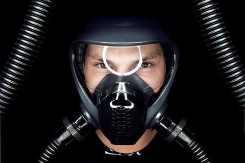 Maske Atemschutzmaske Fetischismus Latex Gummi Auge Schlauch glänzend Gas Anschluss dunkel Gesicht ringlicht Visier