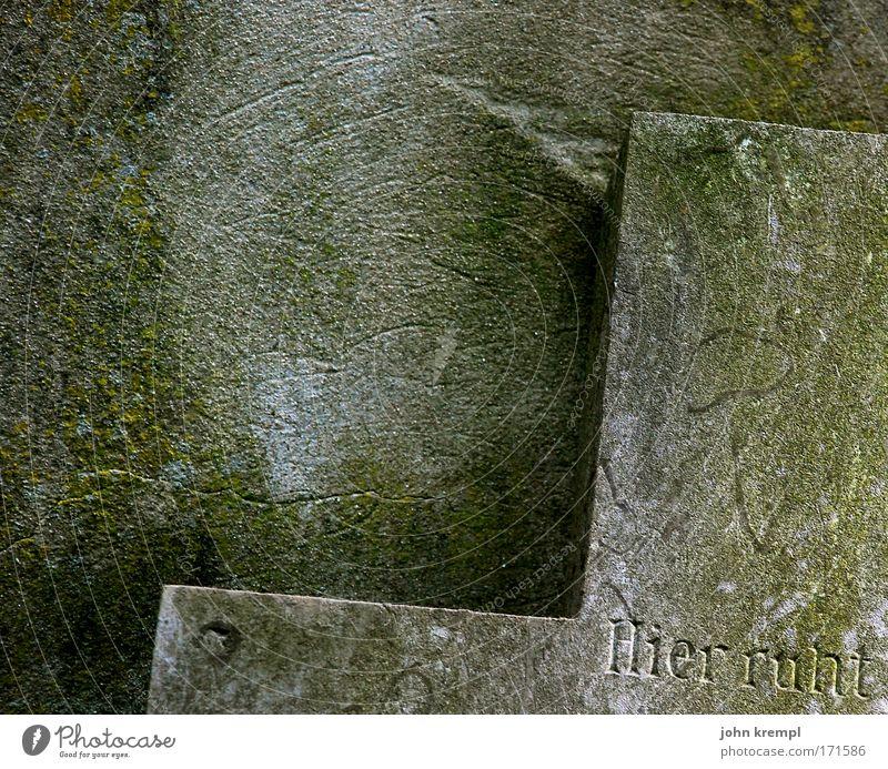 hier ruht Farbfoto Gedeckte Farben Außenaufnahme Textfreiraum links Textfreiraum oben Textfreiraum Mitte Dämmerung Ruine Friedhof alt Denken träumen Traurigkeit